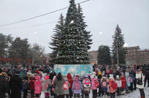 19 декабря для юных алексинцев началась череда новогодних праздников. И старт этой доброй традиции был дан открытием муниципальной елки