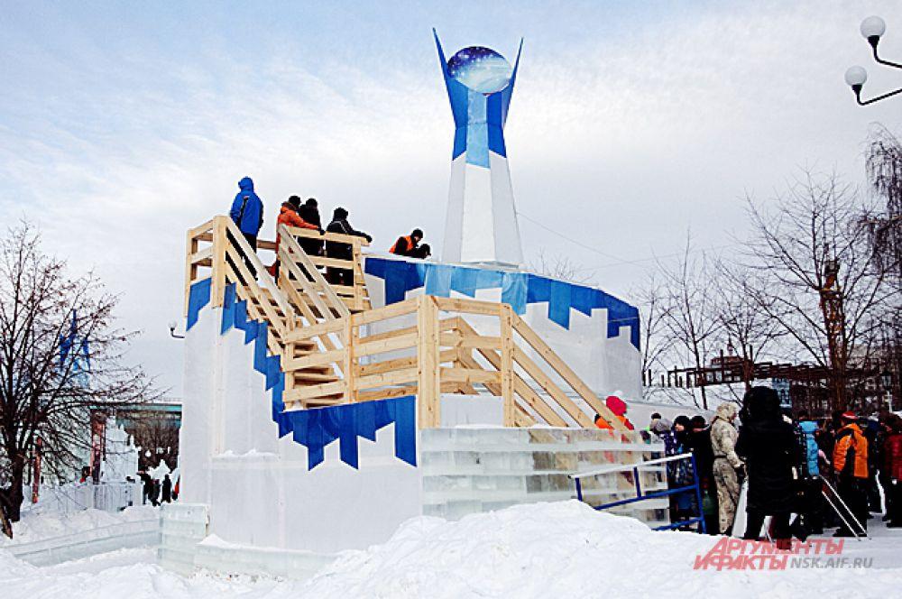 """Украшать верхушку 12-метровой винтовой горки изначально должно было """"Око Саурона"""", но незадолго до открытия городка, фигуру демонтировали. Сейчас на её месте - голубой звездопад."""