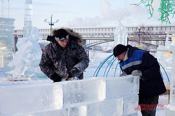 Строительство стены изо льда даётся сложнее, чем стены из кирпича. Для прочности их соединяли обычной водой.