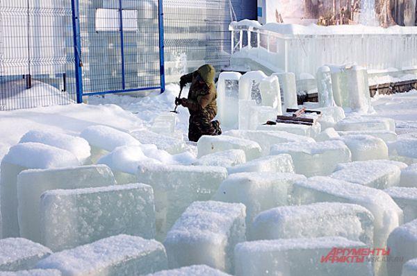 Такие кубы льда работники превращали в фигуры и горки. Лёд должен быть идеально прозрачным и чистым.