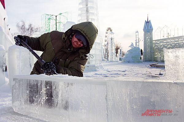 Над созданием ледяных скульптур трудились 100 человек.