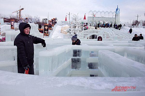 Зимнее царство простоит на берегу Оби до самого конца зимы.