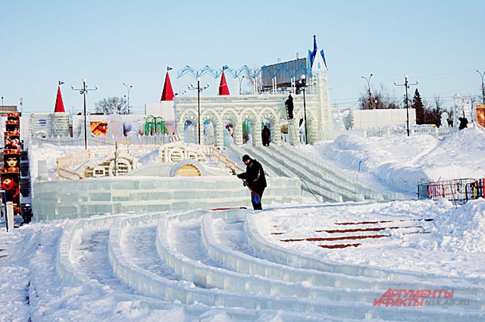 Ледовый городок начали строить в ноябре 2014 года.