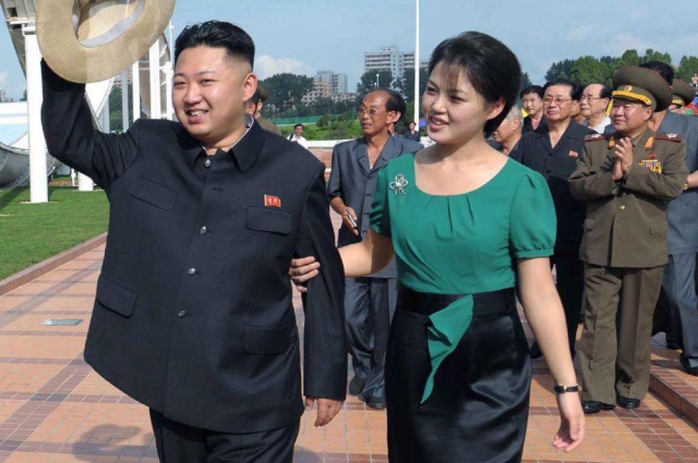 Некоторые источники намекали, что Хен Сонг Вол могла пострадать из-за козней жены Ким Чен Ына Ри Соль Чжу. Дело в том, что Хен Сонг Вол в начале 2000-х годов была возлюбленной Ким Чен Ына, однако пришлась не по вкусу его отцу, Ким Чен Иру, который и заставил молодых людей прекратить отношения. После того как Ри Соль Чжу стала «первой леди» КНДР, она якобы пожелала избавиться от экс-любовницы мужа и добилась её казни.