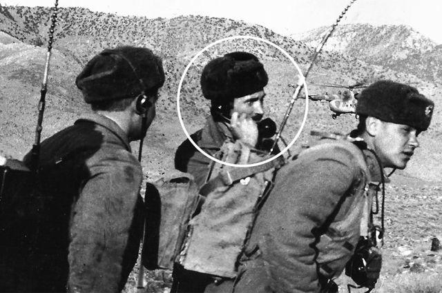 Даже противники признавали: «То, как воевали русские десантники в горах, - фантастика». Александр Солуянов (в центре) в Афганистане.