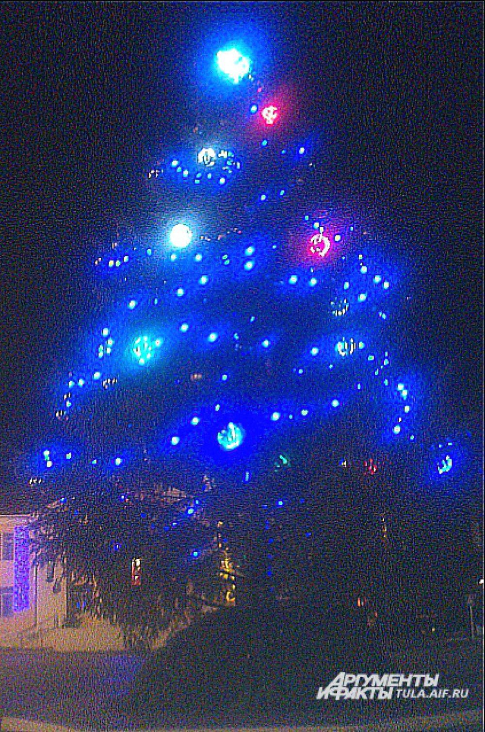 В центре Суворова также стоит новогоднее дерево в красочном наряде