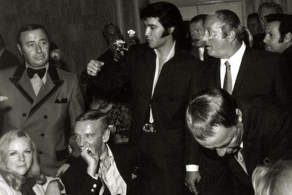 После сенсационных выступлений Пресли на радио и концертах и выхода ряда хитов, на него обратил внимание бывший ярмарочный торговец «Полковник» Томас Паркер, ставший его менеджером. Он выкупил контракт у Филлипса за астрономическую по тем временам сумму в 25 тысяч долларов, организовал концерты, записи на телевидении и в компании Эр Си Эй (RCA). Тем самым он вывел Элвиса за пределы Юга. Вскоре о певце заговорила вся Америка.