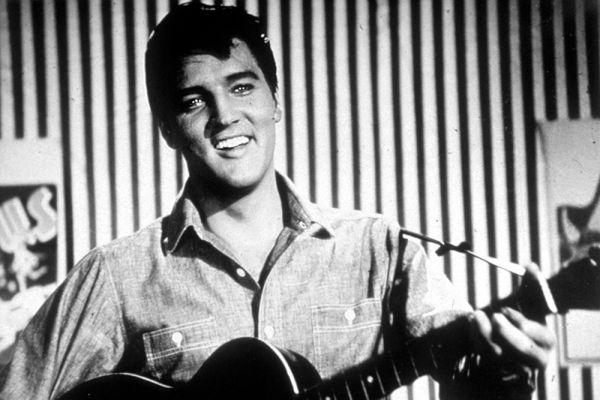 У Элвиса были светлые волосы, но в 1956-м он, подражая кумиру  Дину Мартину, перекрасился в черный цвет.