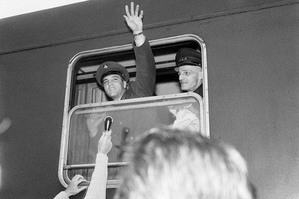 Во время армейской службы в Германии (1958–1960), не имея возможности выступать и записываться, Элвис  посвятил много времени занятиям музыкой: развил голос до 3-х октав, научился брать «бархатные» низкие ноты, которые впоследствии и вознесли его на вершину музыкального Олимпа.