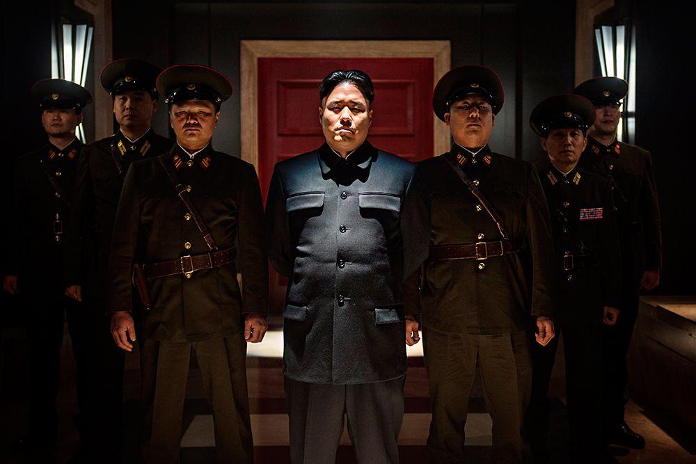 Ну а последний скандал, связанный с именем Ким Чен Ына, произошел зимой 2014 года. В американском прокате должен был появиться фильм о двух журналистах-шпионах, которые убивают северокорейского лидера. На компанию «Сони» обрушилась волна угроз. Хакеры, как утверждается из Северной Кореи, похитили из базы данных компании контакты сотрудников и стали рассылать им предупреждения. В итоге, в широкий прокат фильм не вышел.