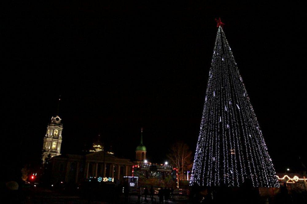 В этом 2015году в Туле установили новую елку высотой 32 метра, но так не любимый туляками конус остался