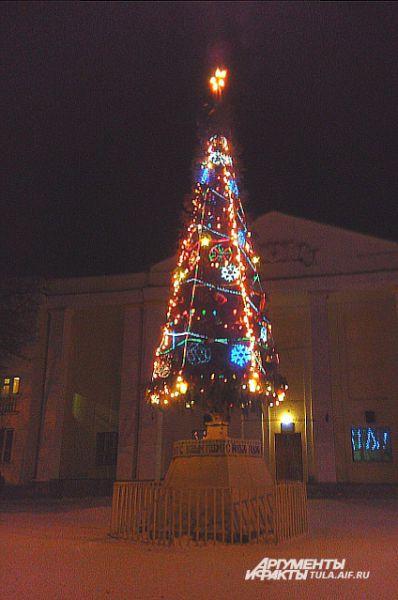 Ночная елка в Киреевске освещает городскую площадь