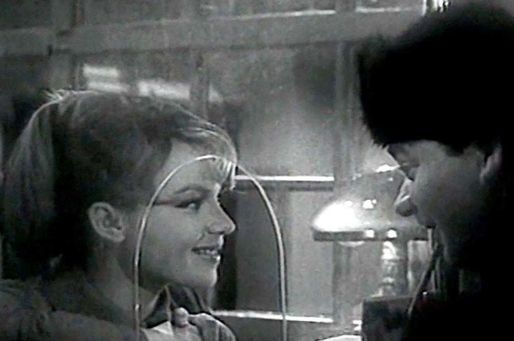В фильме «Зигзаг удачи» она сыграла невесту героя Евгения Леонова - девушку Олю с почты.