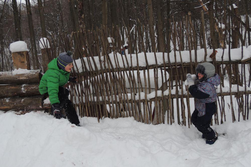 Зимняя забава - игра в снежки.