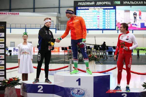 Цветочная церемония награждения мужчин на дистанции 500м