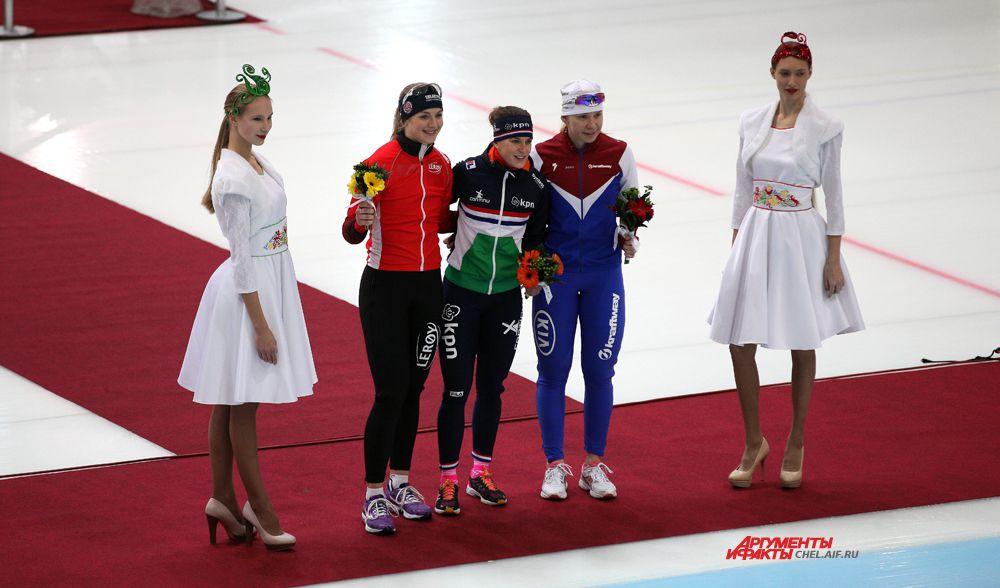 Цветочная церемония награждения женщин на дистанции 500м