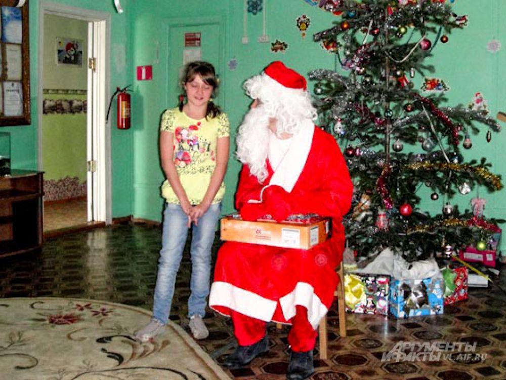Некоторые воспитанники стеснялись выступать. Но Дед Мороз был непреклонен.