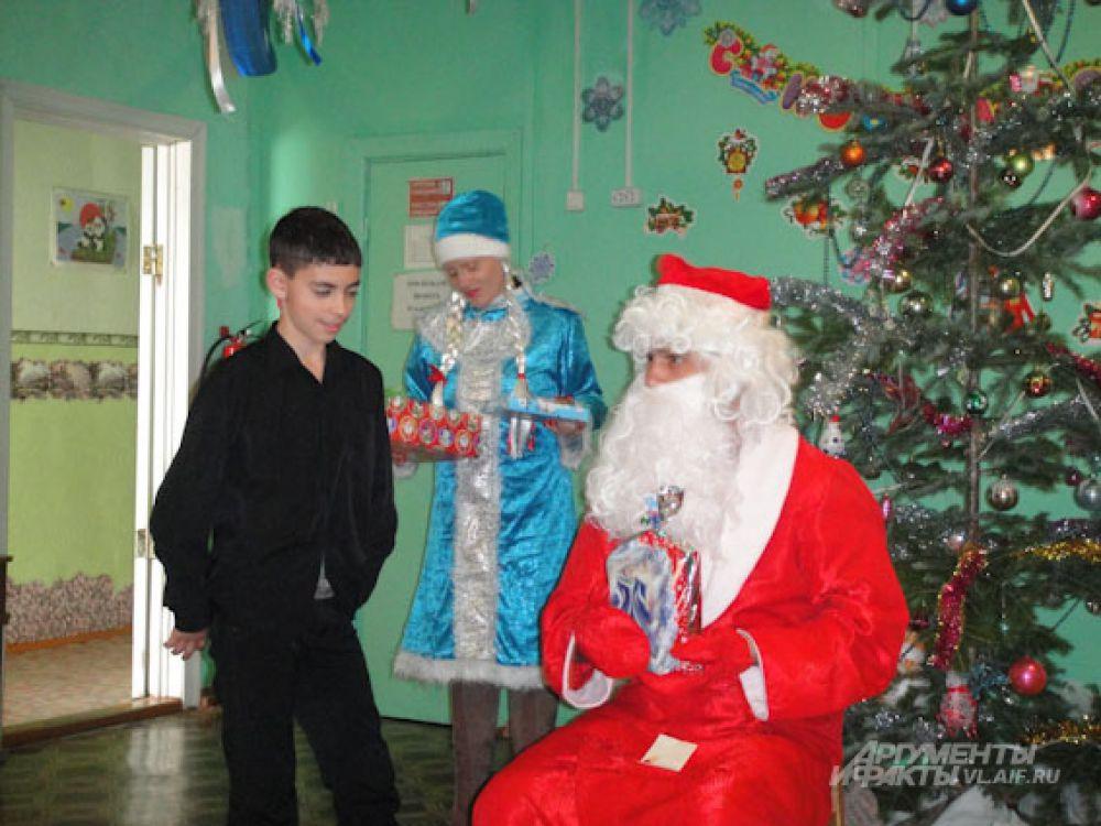 Подарки ребята попросили у Деда Мороза заранее.