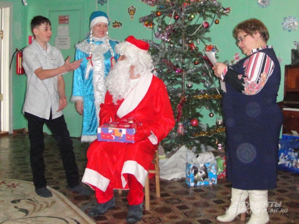 Ребята постарше даже стали спорить, пытаясь получить подарок без выступления.