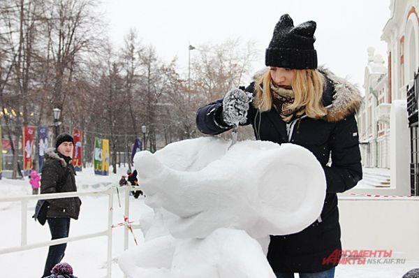 Работали над снежными фигурами скульпторы несколько дней