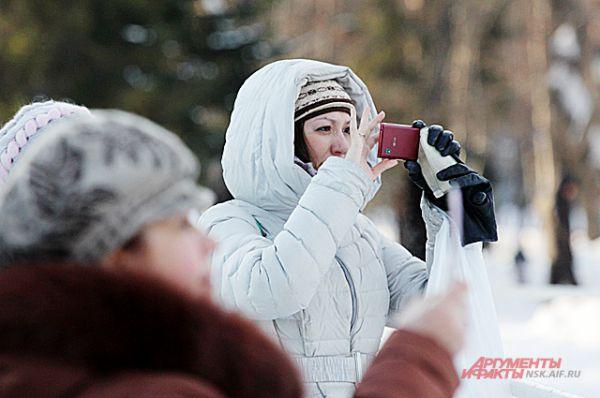 Многие горожане и гости Новосибирска запечатлели белоснежные фигуры на память.
