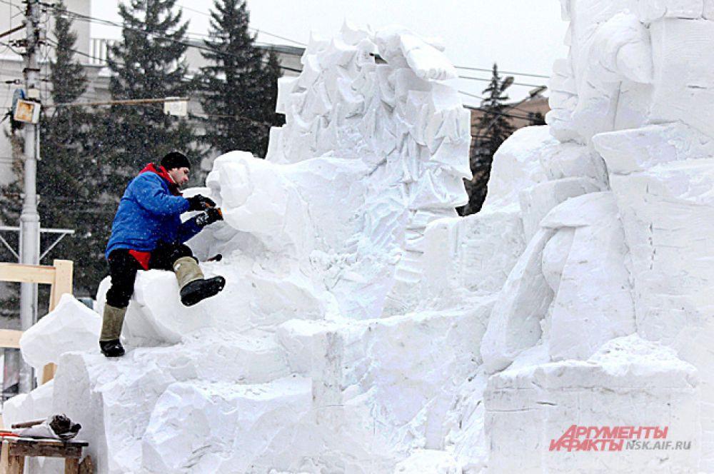 Работать пришлось в непростых условиях. Снег от плюсовой температуры таял и плохо поддавался обработке.