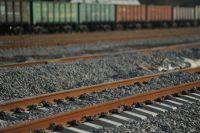 Молодой человек попал под поезд в Омске.