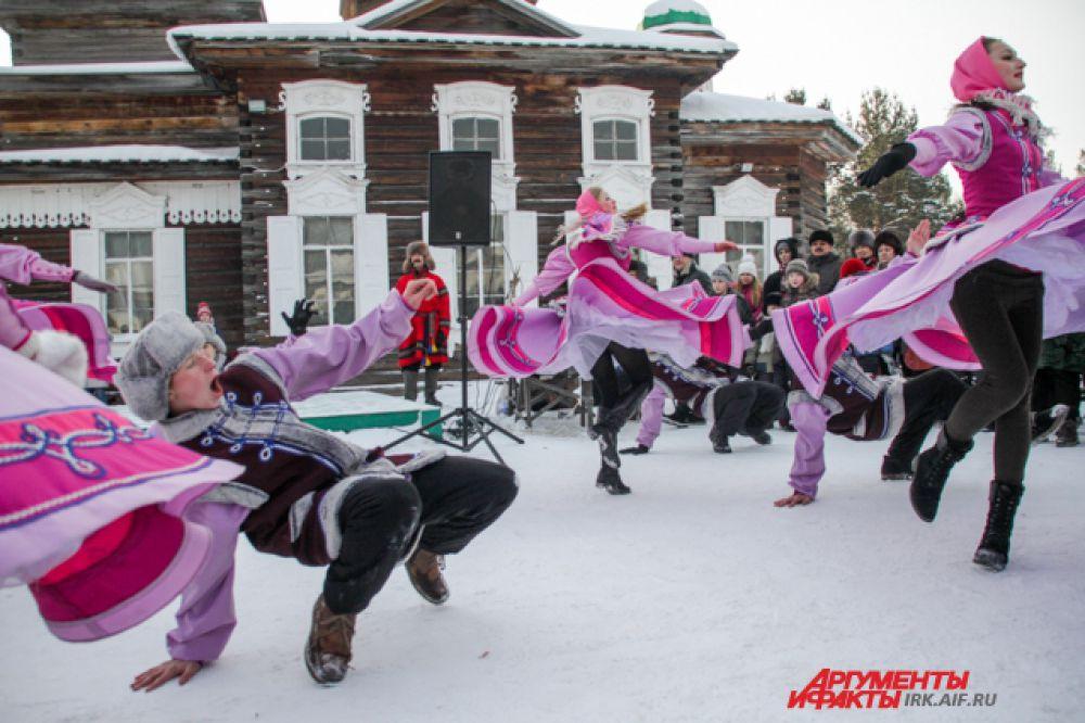 В этот раз гостей музея развлекал именитый иркутский ансамбль «Узорочье».