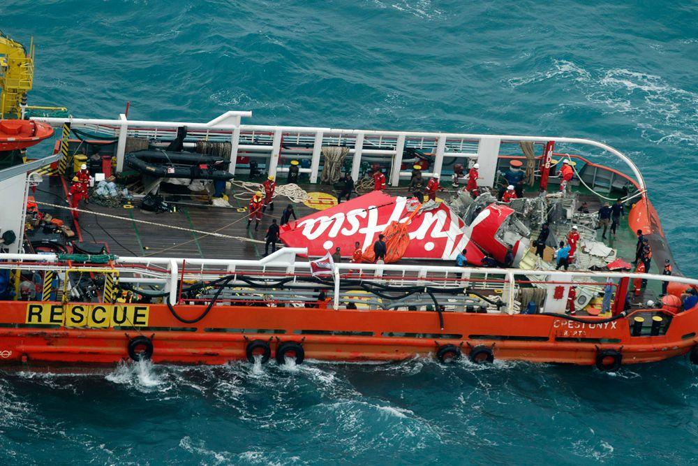 10 января спасателям удалось поднять со дня Яванского моря хвостовую часть аэробуса Air Asia, потерпевшего крушение 28 декабря 2014 года. Также был найден один из двух черных ящиков самолета.