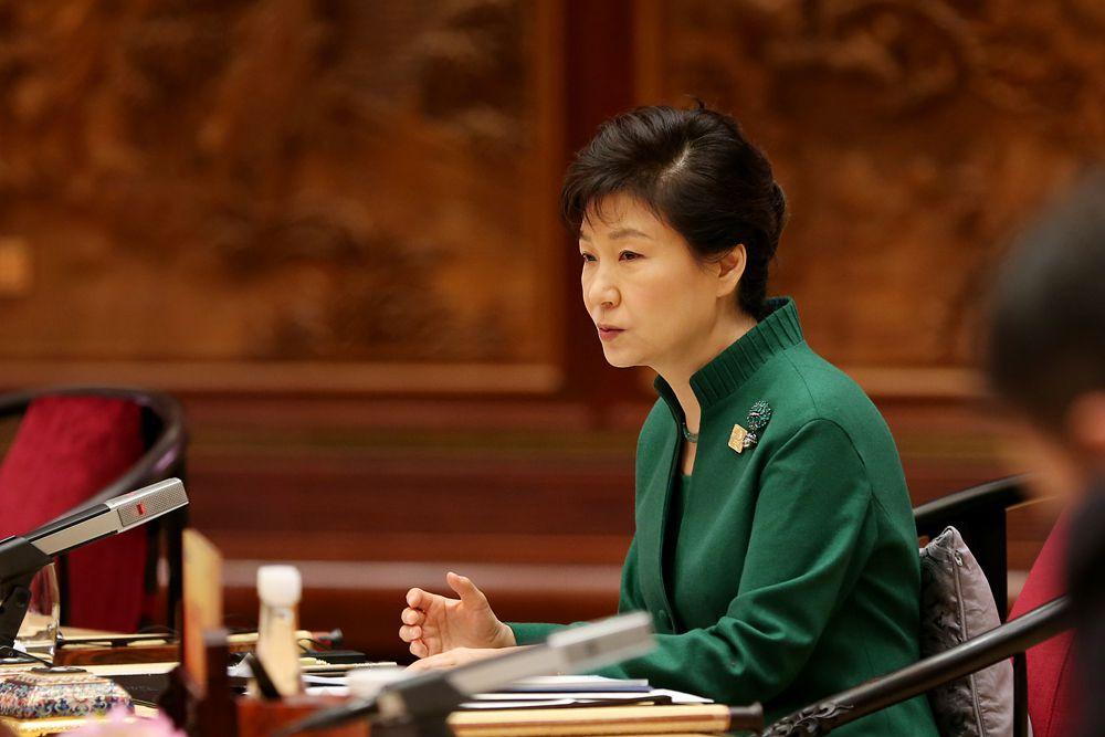Пак Кын Хе — 11-й президент Республики Корея. Лидер Партии великой страны в 2004—2006 и 2011—2012 годах (партия сменила своё название на «Сэнури» в феврале 2012 года), дочь Пак Чон Хи, президента Южной Кореи в 1963—1979 годах. Избрана президентом Республики Корея на выборах 2012 года, вступила в должность 25 февраля 2013 года. После смерти матери исполняла обязанности первой леди при отце.