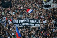 Жители Парижа вышли на марш против терроризма после нападения на редакцию Charlie Hebdo.