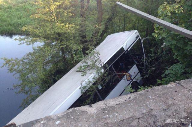 В автобусе в момент аварии находилось около 30 человек.