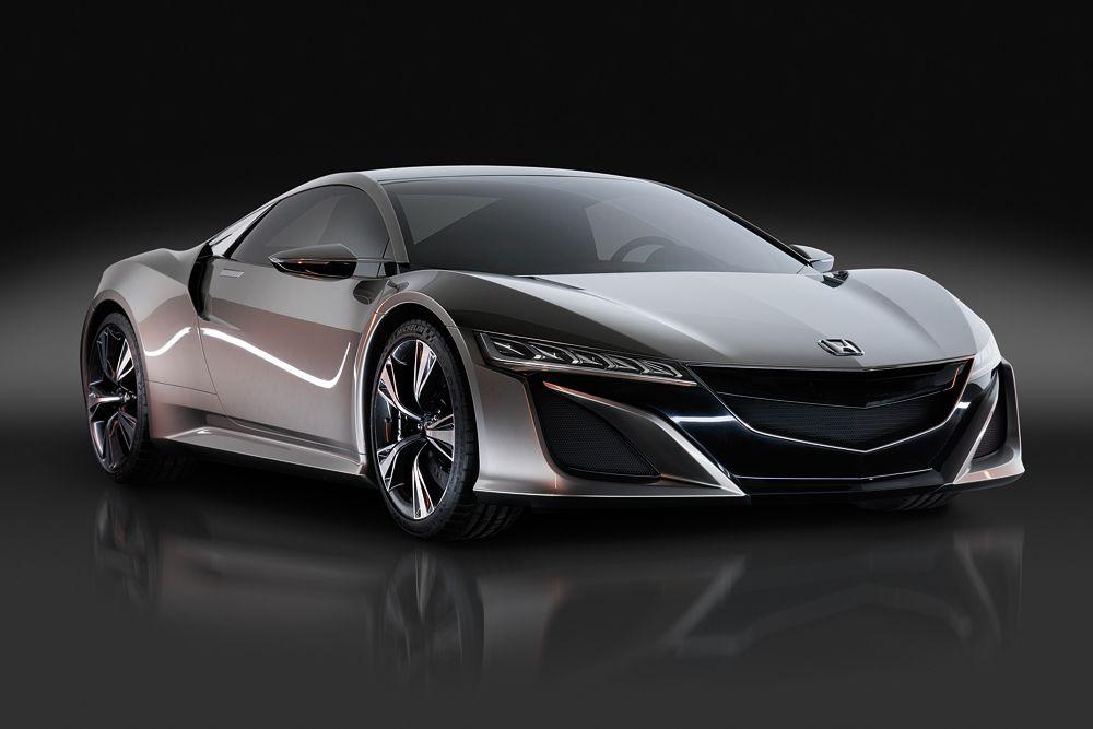Серийная версия долгожданного суперкара NSX будет показана именно в Детройте. Первый ходовой прототип компания показала в 2013 году на гоночном треке в Огайо. Среднемоторное купе оснащалось гибридной силовой установкой - передние колеса приводились в движение двумя электромоторами. Летом 2014 года прототип сгорел во время тестов на Нюрбургринге. По всей видимости, компании Honda удалось устранить причину возгорания и дебют машины пройдет по плану.
