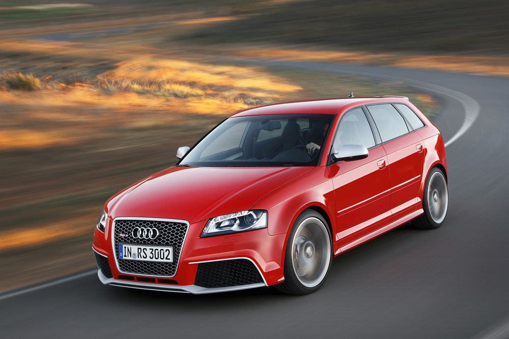 Для посетителей первого мотор-шоу года Audi приготовила премьеру хот-хэтча RS3 - одного из самых быстрых и мощных в сегменте. По сравнению с предыдущим поколением, отдача мотора 2,5 литра увеличилась до 367 л. с. и 465 ньютон-метров. А время разгона с места до 100 км/ч сократилось до 4,3 секунды.