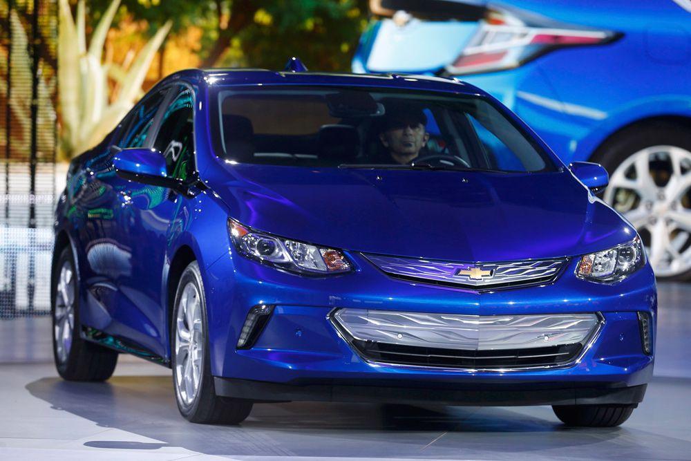 Второе поколение гибрида Chevrolet Volt приоткрыли в Лос-Анджелесе, а премьера новинки состоится в Детройте. Машина получит доработанную и облегченную силовую установку: 1,5-литровый бензиновый мотор с очень высокой (12,5) степенью сжатия и более емкие аккумуляторы, позволяющие проезжать большее расстояние на электротяге.