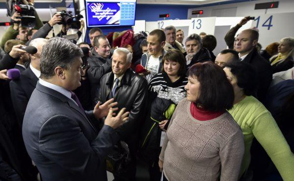 Петр Порошенко получает биометрический паспорт