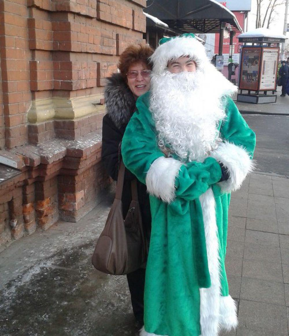 """Участник №14. Ирина Лазарева """"Я с Иркутским Дед Морозом.  Он в тулупе, с красным носом.  И улыбкой до ушей...  С таким год, промчится веселей!"""""""