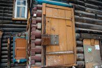 Жильцы таких домов свою собственность ненавидят, а приезжие, при виде полуразвалившихся деревяшек в центре города - приходят в недоумение.