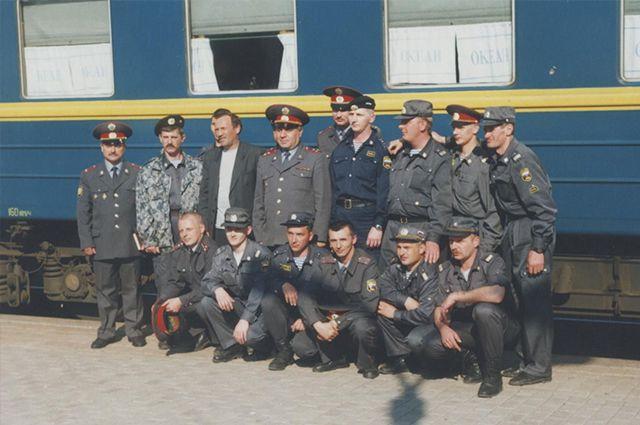 Эти милиционеры искали пропавшего иностранца. Олег Карако - третий слева.