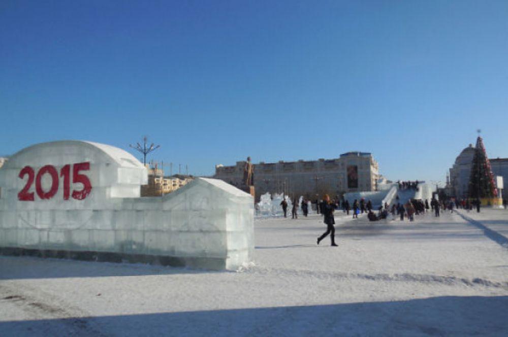 Центральную площадь в Чите, как всегда украшает ледяной городок.