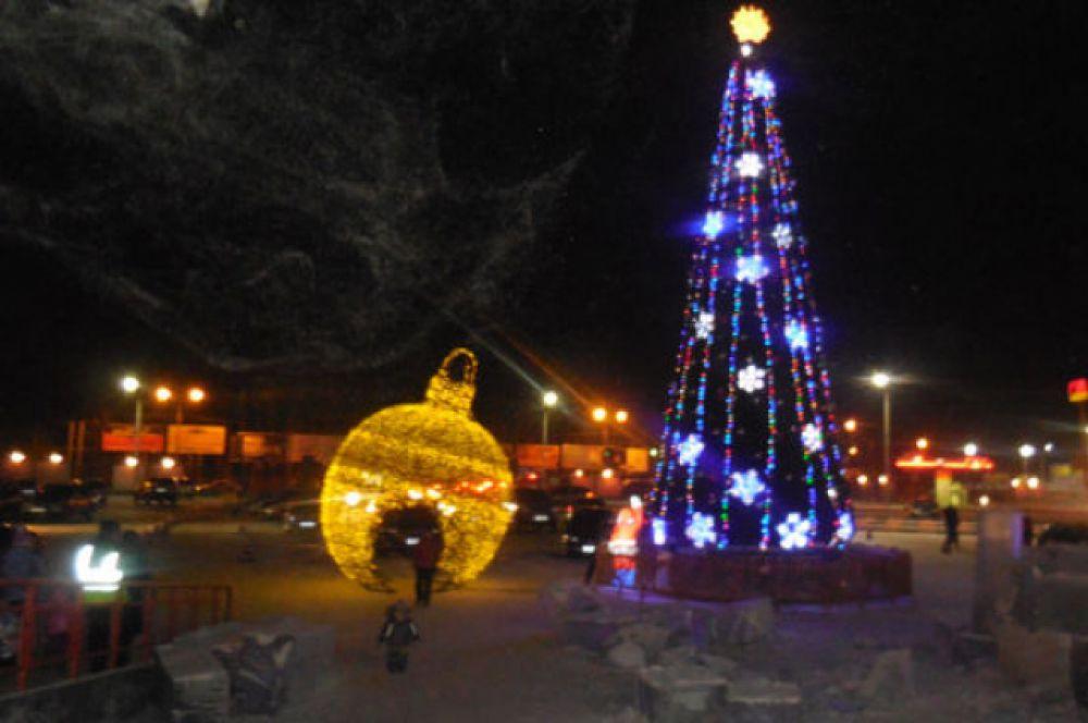 Нарядна ёлка и красивый огромный шар - украшение города.