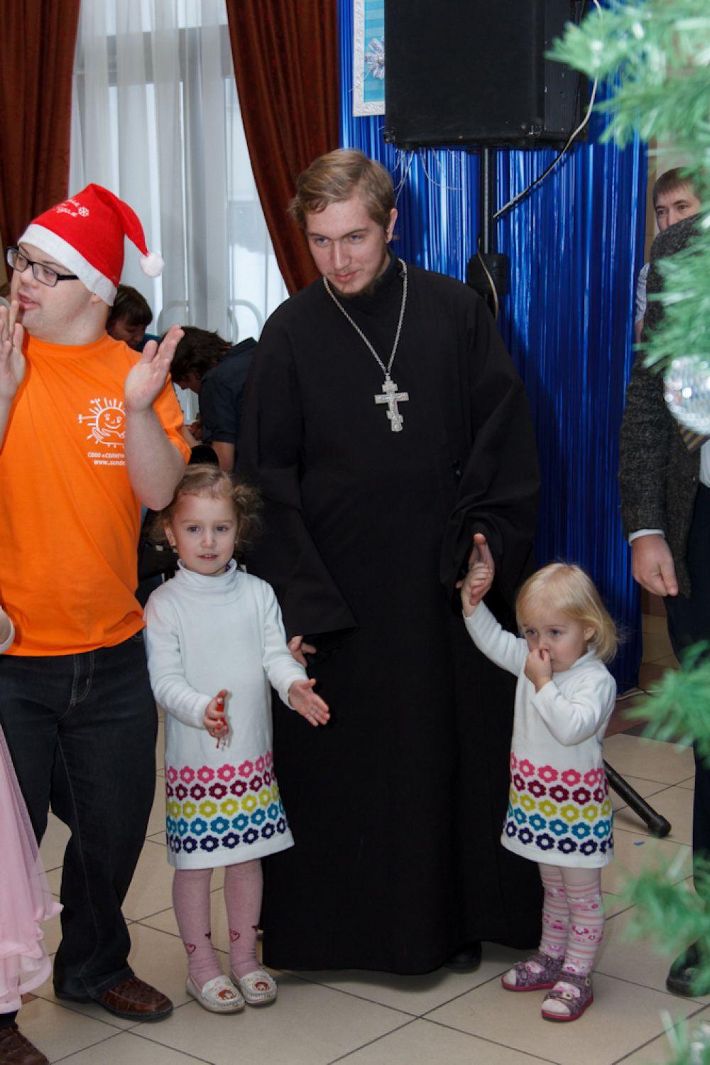 Участие в социальных елках для детей из творческих коллективов Екатеринбурга еще и воспитательный момент.