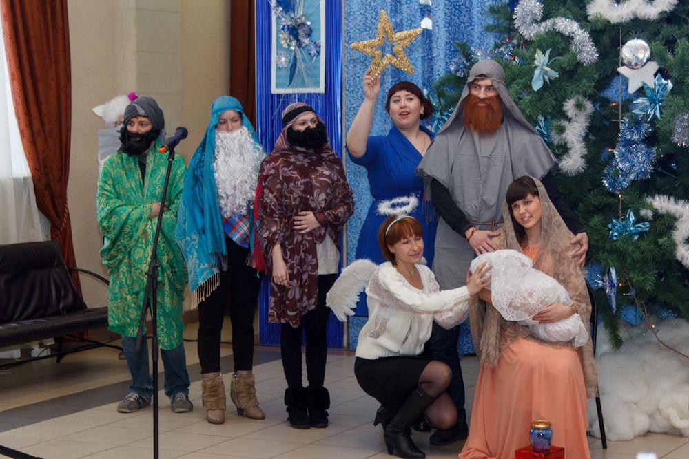 Рождественский спектакль знакомит гостей праздника с историей этого праздника.