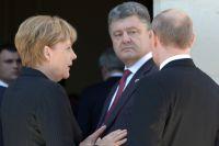 Канцлер ФРГ Ангела Меркель, президент Украины Пётр Порошенко и президент России Владимир Путин.