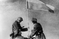 Советский и польский солдаты водружают знамя победы. Варшава, январь 1945 года. Великая Отечественная война 1941-1945 годов.