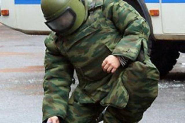 Взрывотехник осматривает подозрительный предмет.