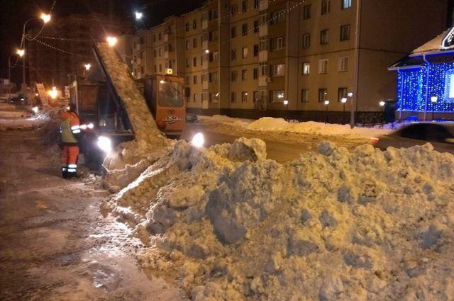 Ночная расчистка дорог в Ханты-Мансийске.