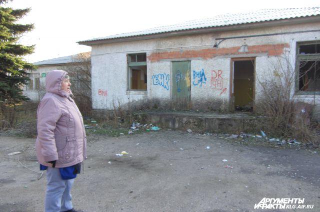 Раньше в этих заброшенных зданиях размещался детсад, чуть позже - библиотека. Сейчас здесь гуляет ветер...