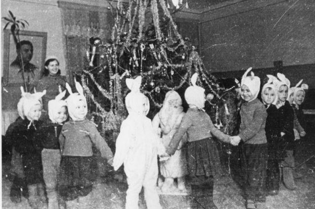 В блокаду для 50 тысяч детей организовали новогодние ёлки.