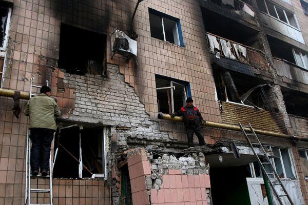Рабочие устраняют последствия артобстрела украинскими военными одного из жилых домов в Донецке.